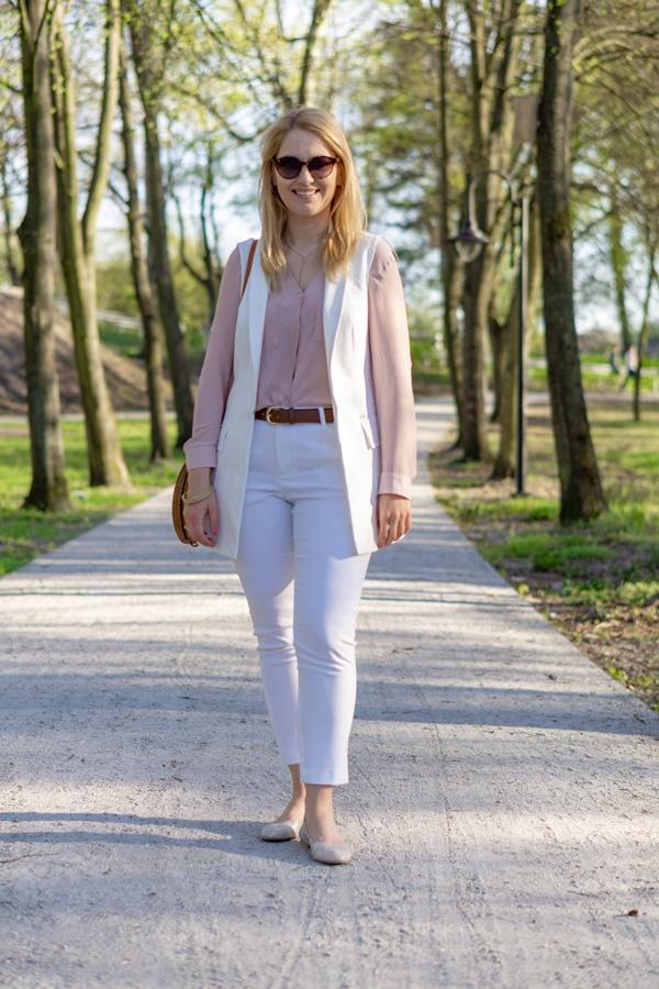 110d05f11a Modny duet  biel i beż. Jak nosić białe spodnie  – MONABYFASHION